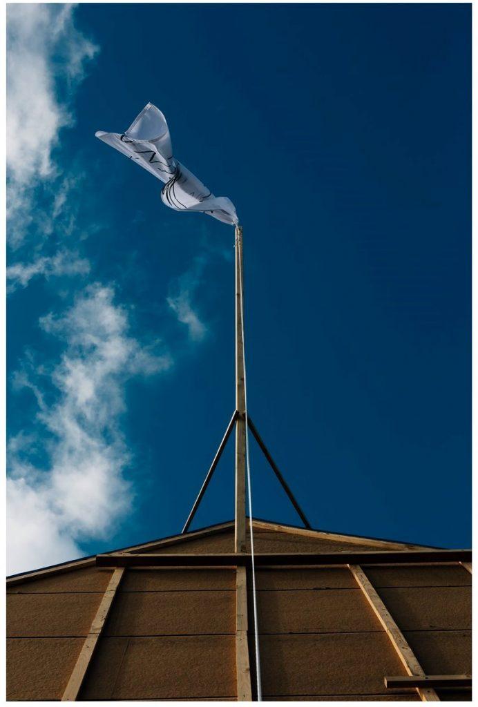 Schuur met onze vlag als meiboom